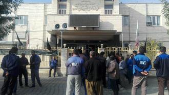 تجمع کارگران شرکت خارادژ در مقابل فرمانداری رژیم