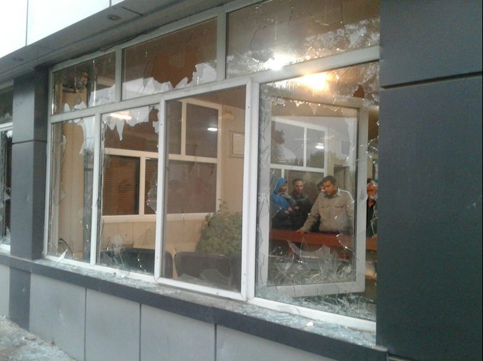 ;کارخانه آذرآب اراک.شکستن شیشهها توسط مأموران - ۲۸مهر۹۸