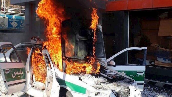 قیام ایران - به آتش کشیدن خودروی نیروی انتظامی سرکوبگر - ۲۵آبان۹۸