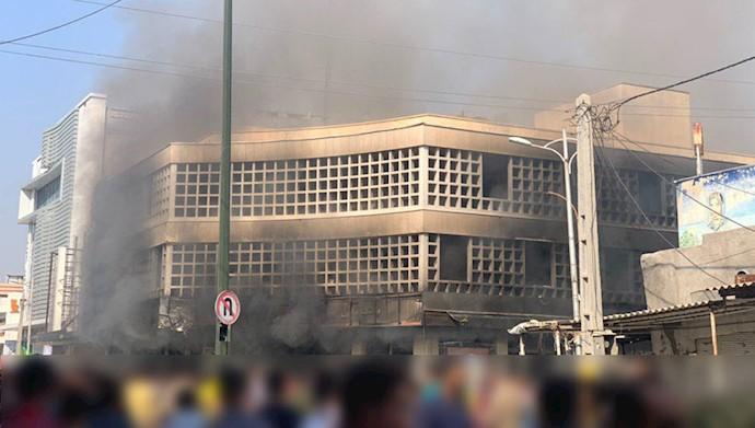 بهبهان.به آتش کشیدن بانک ملی توسط جوانان.۹۸۰۸۲۵