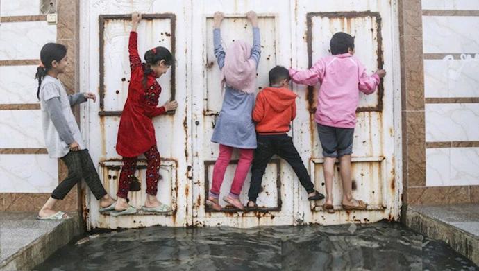 عبور کودکان کوت عبدالله (خوزستان) از میان فاضلاب