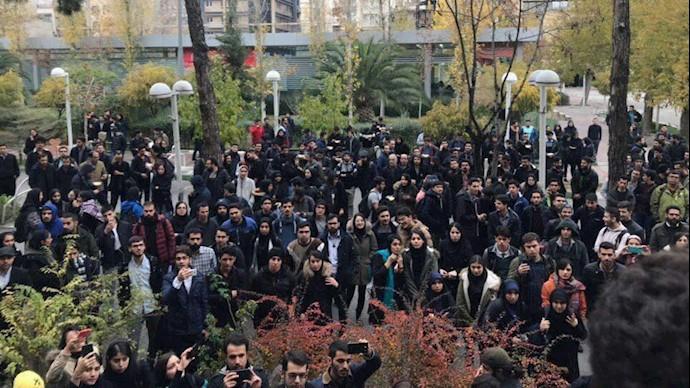 تجمع شماری از دانشجویان دانشگاه امیرکبیر