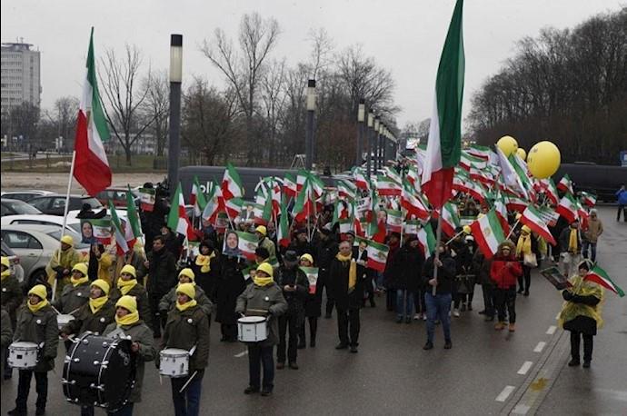 عکاظ - تظاهرات مقاومت ایران در ورشو لهستان ۲۴بهمن
