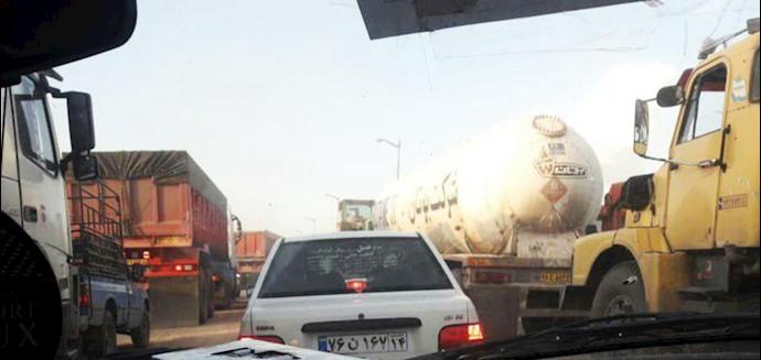 ترافیک شدید در اتوبان اهواز آبادان در محدوده بخش دارخوین بهعلت به زیر آب رفتن جاده