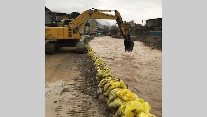 خرمآباد - سیلاب در آستانه ورود به خانهها