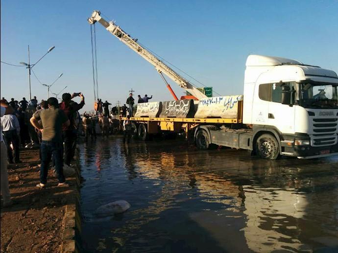 هم اکنون-ورودی اهواز از سمت اندیمشک-تلاش مردم برای جلوگیری از نفوذ بیشتر آب