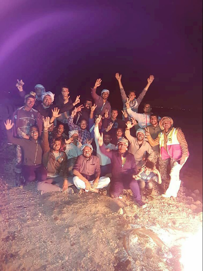 جوانان شهر الهایی شبانه روز برای نجات شهر در حال نگهبانی از سیل بند هستند