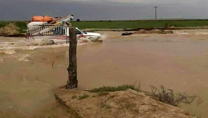 سیلبند در روستای هوفل عصافره شکست و اهالی سعی در ترمیم آن دارند سیلاب به جاده اصلی رسید و مردم درحال تخلیهروستا هستند.