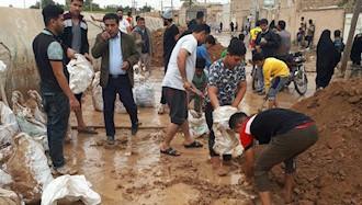 تلاش مردم و جوانان سوسنگرد برای  بستن مسیر سیل با دستان خالی  و کیسههای آرد