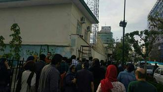 تجمع خانواده بازداشت شدگان در روز کارگر مقابل بازداشتگاه وزرا در تهران