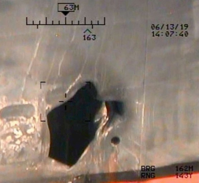تصویر بدنه صدمه دیده کشتی کو کوکاکوریجس بر اثر انفجار مین چسبنده