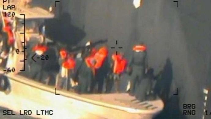 تصاویرگرفته شده توسط یک هلی کوپتر از قایق  سپاه  پاسداران  در  حال برداشتن مین  عمل نکرده