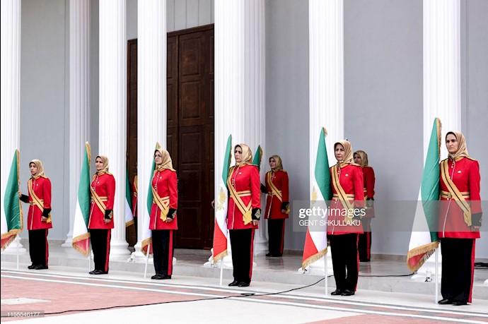 گارد احترام مجاهدین خلق در جریان مراسم استقبال در کنفرانس ۱۲۰سال مبارزه برای آزادی ایران در اشرف ۳