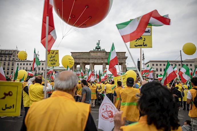 بازتاب خبرگزاری فرانسه از تظاهرات بزرگ مجاهدین در برلین-۱۵تیر۹۸(۲)
