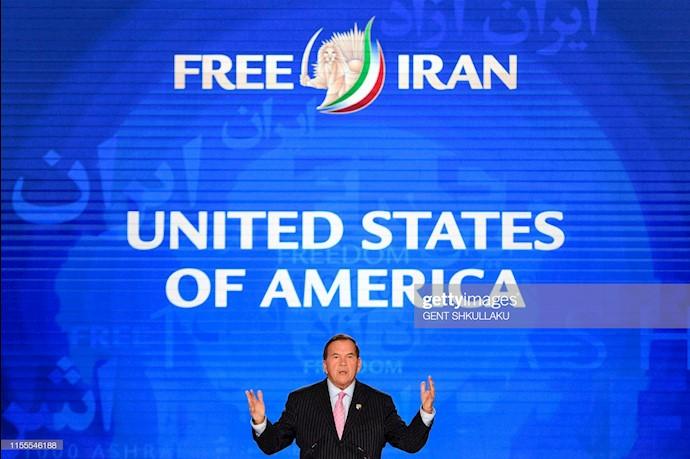 تام ریچ وزیر کشور سابق آمریکا در حال سخنرانی در کنفرانس ۱۲۰سال مبارزه برای آزادی ایران در اشرف ۳