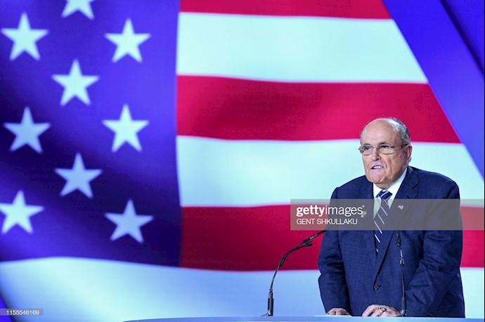 رودی جولیانی شهردار نیویورک در حال سخنرانی در کنفرانس ۱۲۰سال مبارزه برای آزادی ایران در اشرف ۳