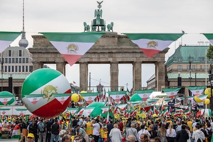 بازتاب خبرگزاری فرانسه از تظاهرات بزرگ مجاهدین در برلین-۱۵تیر۹۸ (۱)