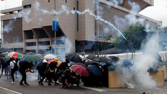 صحنه درگیری میان تظاهر کنندگان  و نیروهای امنیتی در هنگ کنگ