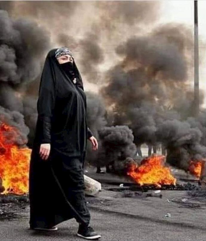 یک خانم عراقی در تظاهرات در استانهای جنوبی