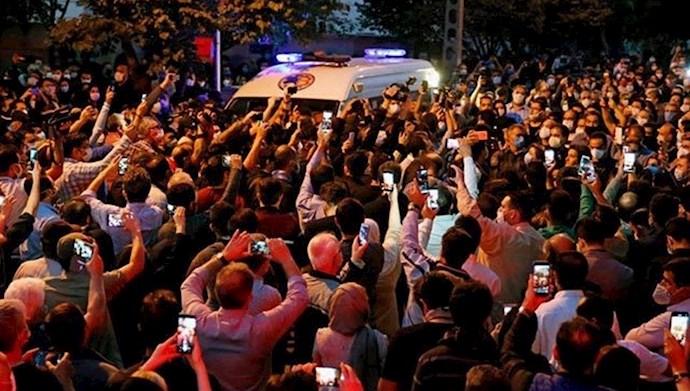 تجمع مردم مقابل بیمارستان در غم درگذشت شجریان