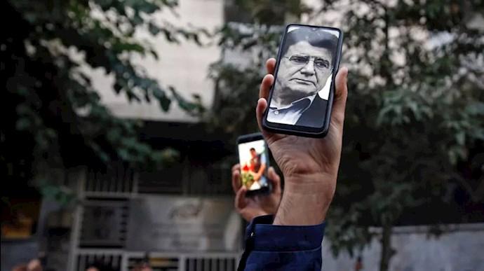 تصویری از شجریان بر روی موبایل دوستداران او