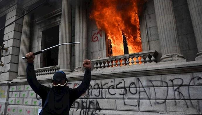 معترضان در گواتمالا پارلمان این کشور را به آتش کشیدند