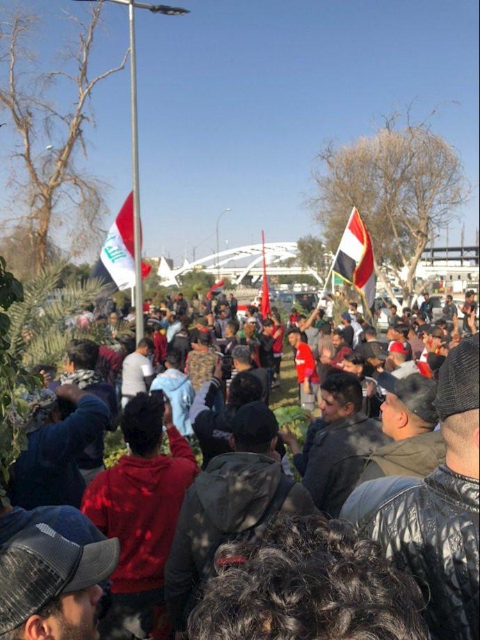 بصره - تظاهرات مردم و تأکید به استمرار تظاهرات برای رسیدن به خواستههایشان