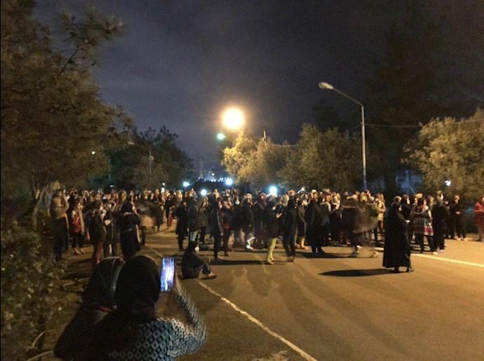 تجمع دانشجویان دانشگاه مازندران در اعتراض به عدم تعطیلی دانشگاه با وجود شیوع ویروس خطرناک کرونا.jpg