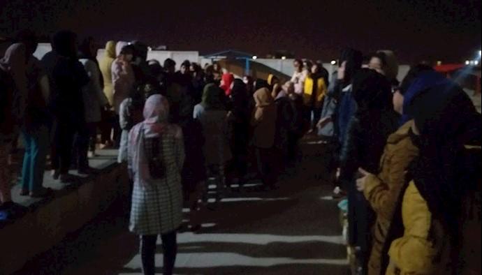 تجمع دانشجویان خوابگاهی دانشگاه ایلام به دلیل انتشار ویروس کرونا در دانشگاه و ایلام.