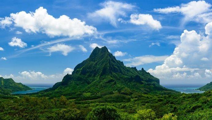 کوه روتویی مانند برجی است در یک جزیره ی جنگلپوش فشرده در پولینزیای فرانسه.