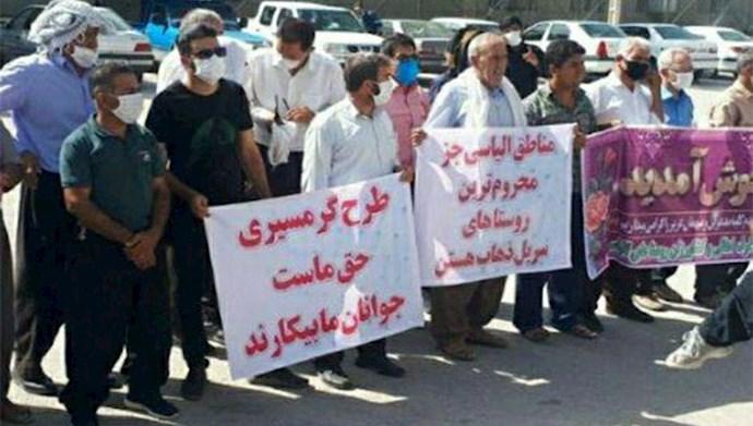 تجمع اعتراضی جمعی از اهالی و روستاییان  در مقابل فرمانداری سرپل ذهاب