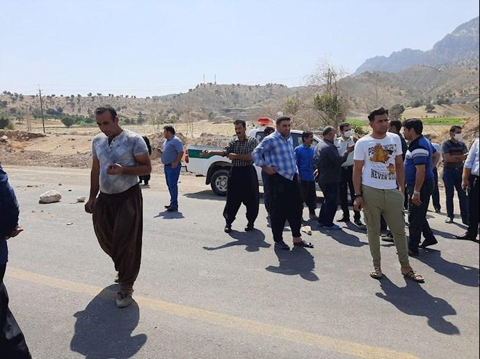 -روستاییان گاوزرده در اعتراض به نبود آب جاده را بستند