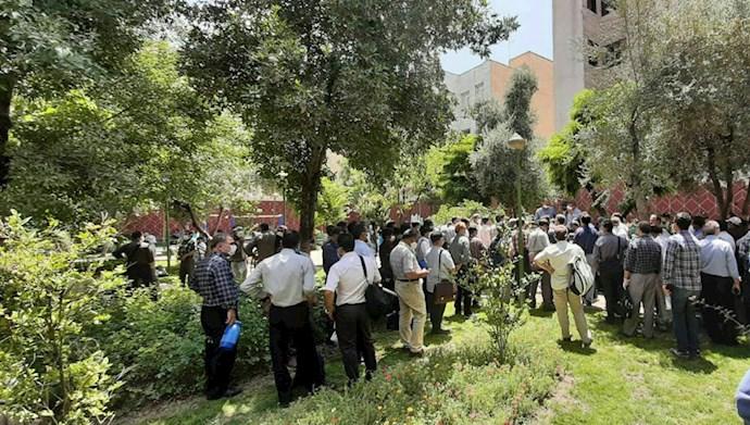 تجمع اعتراضی جمعی از معلمان مدارس خارج از کشور