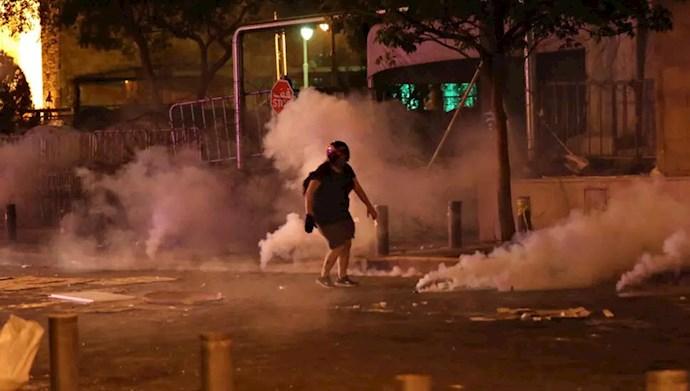 یکی از معترضین بیروت در میان دود گلولههای دودزا مقابل پارلمان لبنان