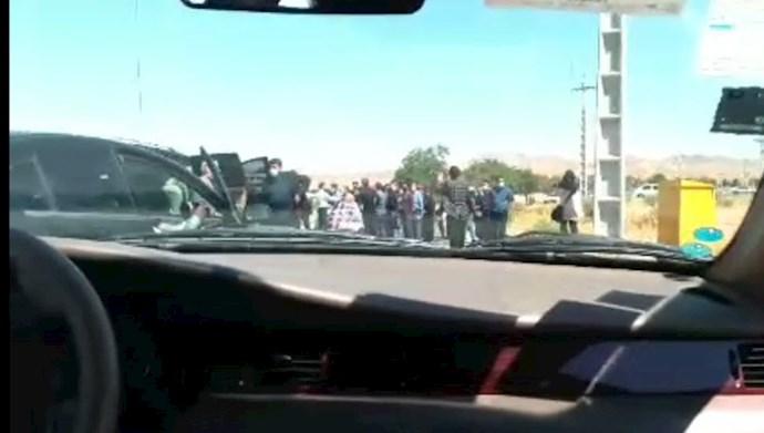 کارگران معترض کنتورسازی قزوین راه عبور نوبخت را بستند