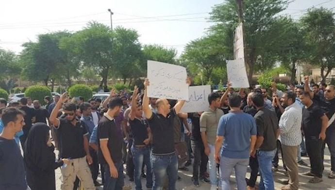 تجمع جمعی از جوانان جویای کار در شهرستان چمران خوزستان