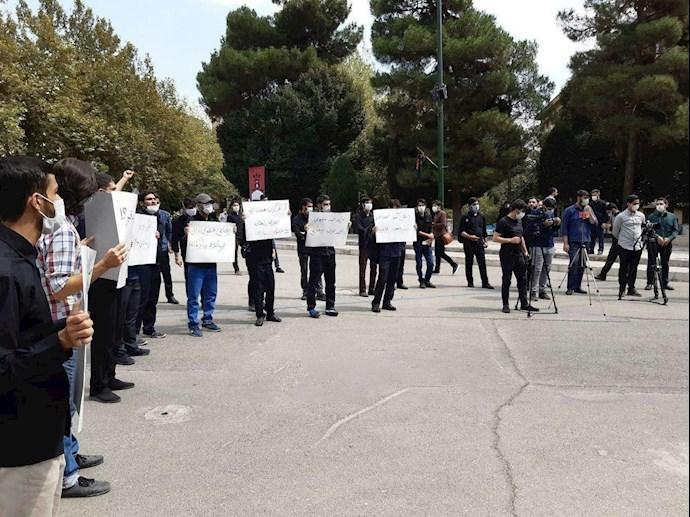 -دانشجویان دانشگاه تهران در اعتراض