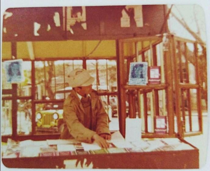 محمد عقیل در سال ۵۹ پشت میز کتاب