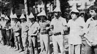 زنجیربستن میلیشیای مجاهد خلق  در برابر حمله چماقدارها به ستادهای مجاهدین