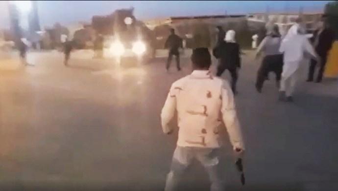 درگیری جوانان بیکار با نیروهای سرکوبگر انتظامی در اهواز
