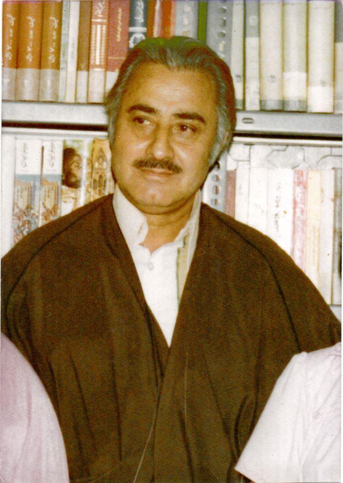 امیر هوشنگ هادیخانلو در کنار کتابخانهاش