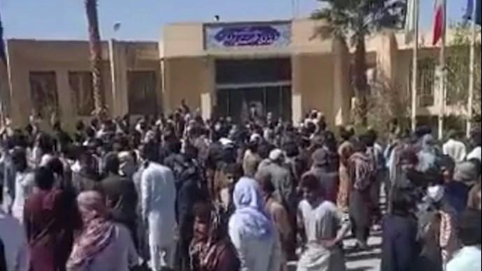 حمله مردم سراوان به فرمانداری رژیم در این شهر