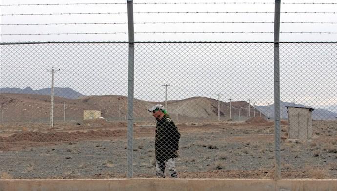 رویترز - تصویری از  یک نیروی امنیتی رژیم ایران در ۹ مارس ۲۰۰۶ در داخل مرکز غنی سازی اورانیوم نطنز