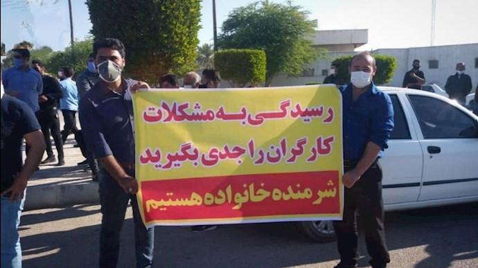 -تجمع اعتراضی کارگران شرکت نفت مقابل فرمانداری ماهشهر