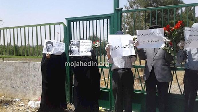 تجمع گروهی از خانوادههای شهیدان مجاهد در خاوران با شعار «رئیسی جلاد ۶۷»
