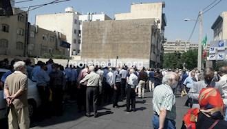 تجمع اعتراضی کارکنان بازنشسته ایرانایر مقابل ساختمان هواپیمایی در تهران -۳خرداد۱۴۰۰