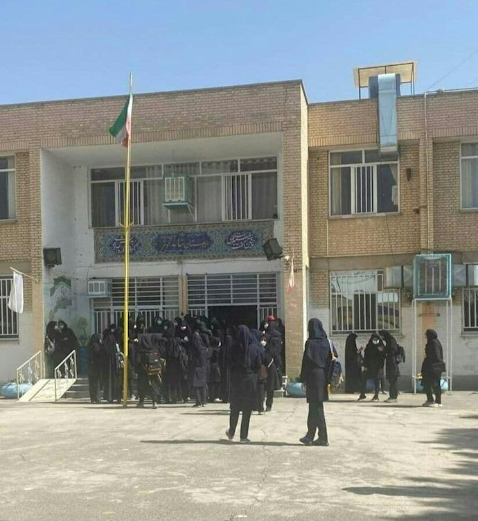 -🖌تجمع اعتراضی دانشآموزان دبیرستان دخترانه شاهد کوثر در اصفهان