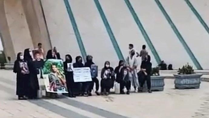 تجمع مادران داغدار آبان۹۸ با عکس فرزندانشان در میدان آزادی