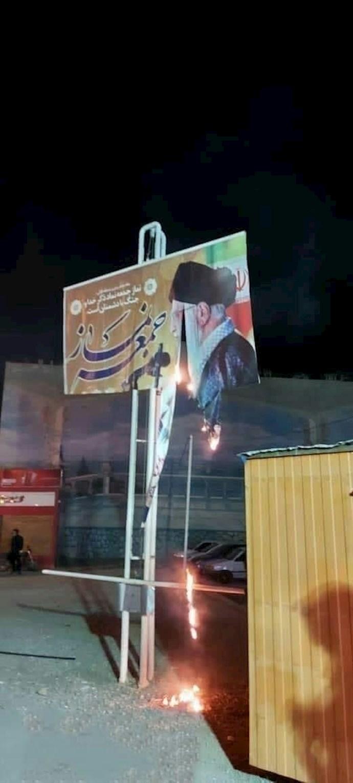 بهارستان اصفهان - ۵مرداد - جوانان قیامآفرین بنرهای خامنهای جنایتکار را به آتش کشیدند