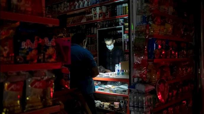 یک مغازه در تهران در قطعی برق